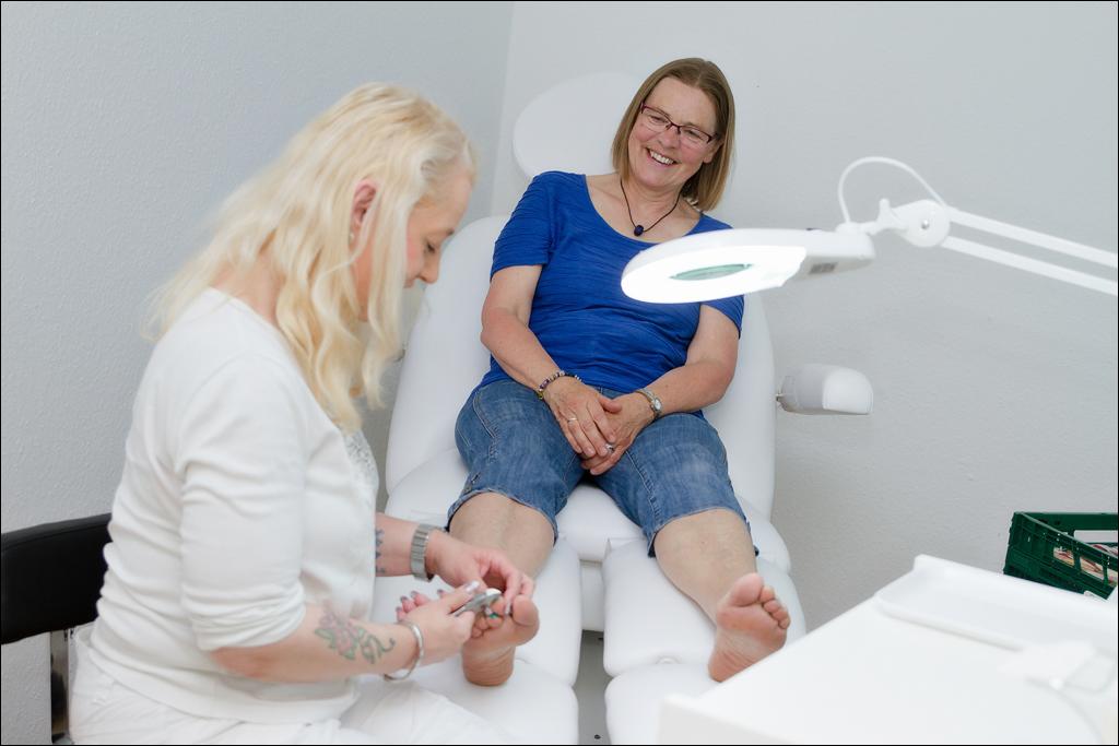 medizinische Fußpflege Behandlung einer Frau